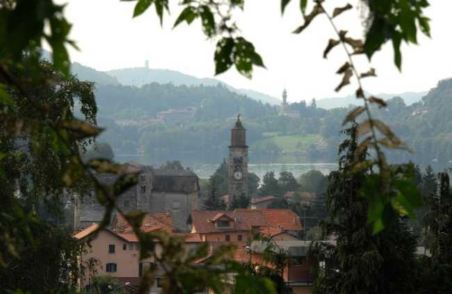 Pettenasco campanile fronde